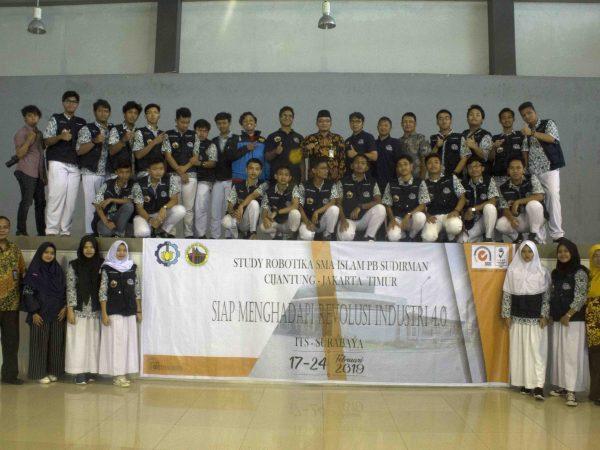 25 Siswa Membuat Robot di ITS Surabaya